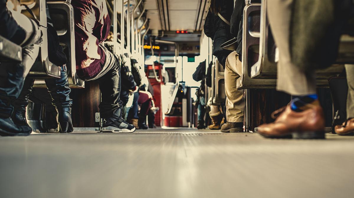 Personas en un autobús, por Matthew Wiebe